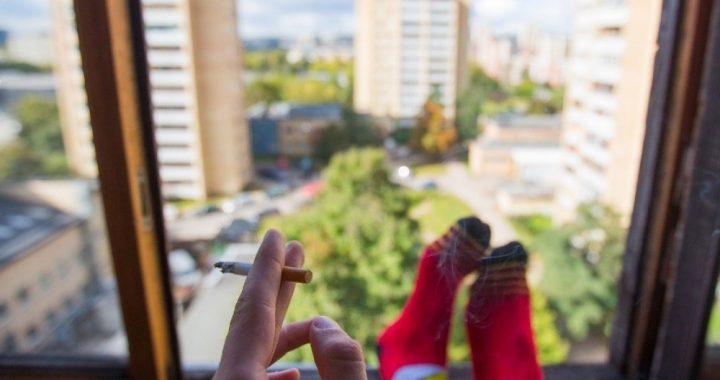 Kitais metais balkonuose rūkyti bus draudžiama. Asociatyvi nuotr.