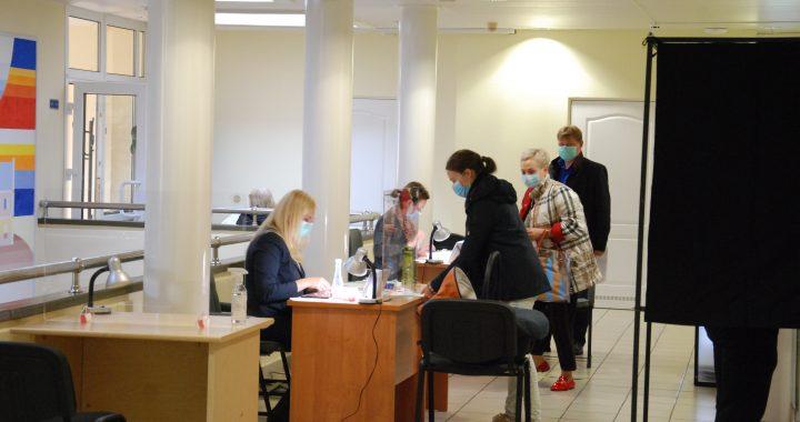 Antrajame rinkimų į Seimą ture Mėguvos ir Kuršo apygardų rinkėjai iš anksto balsuoja žymiai aktyviau nei per pirmąjį turą.