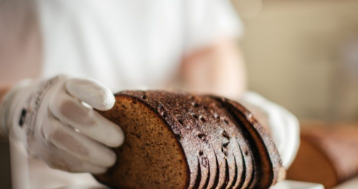 Ruginei duona iškepti net ir didžiausioje kepykloje su robotizuota įranga reikalingos žmogaus rankos.