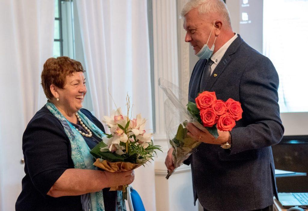 2020-ieji muziejui padovanojo ne vieną jubiliejų. Vida Kanapkienė šiemet švenčia vadovavimo įstaigai keturiasdešimtmetį, tad gėlės – jai. Jolantos Klietkutės nuotr.