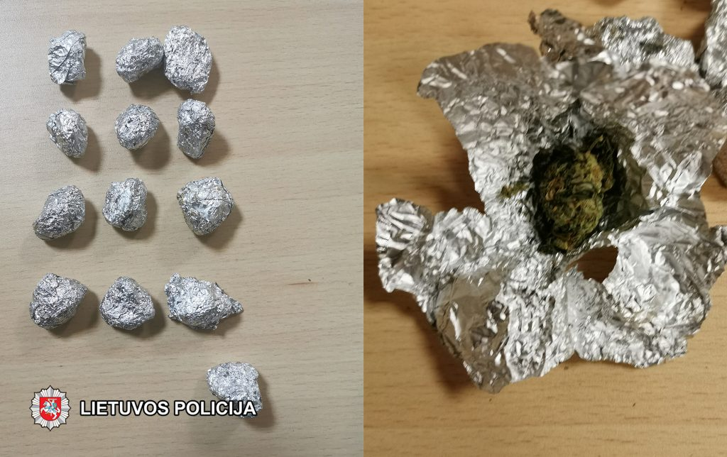 Štai šiuos folijos suktinukus su narkotinėmis medžiagomis policijos pareigūnai aptiko viename automobilyje.