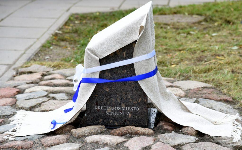 """Ant naujai atidengto paminklo užrašyta: """"Šiuo veituo iki 1941 m. veikė sinaguoga"""". Jolantos Klietkutės nuotr."""