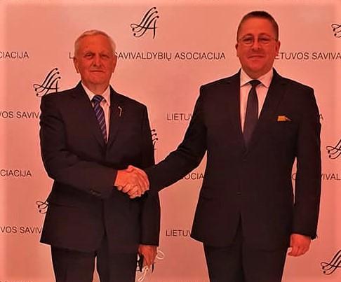 Pirmasis Palangos meras po Lietuvos nepriklausomybės atgavimo Rimantas Antanas Mikalkėnas (kairėje) ir dabartinis kurorto vadovas Šarūnas Vaitkus (dešinėje).