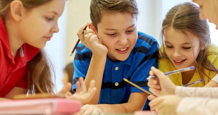 Vyresniųjų klasių moksleiviai vieni kitų mokyklos suole nematys mažiausiai dvi savaites. Asociatyvi nuotr.