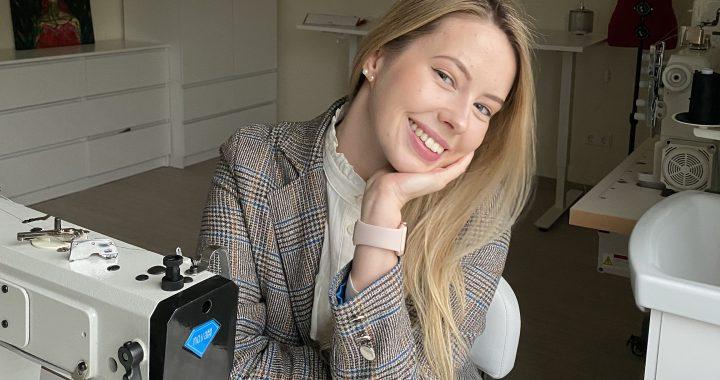 Vakar atvėrusi savo siuvyklos duris Greta su šypsena laukia būsimų klientų ir visų norinčių susipažinti su naująja siuvykla Vydmantuose. Asmeninio archyvo nuotr.