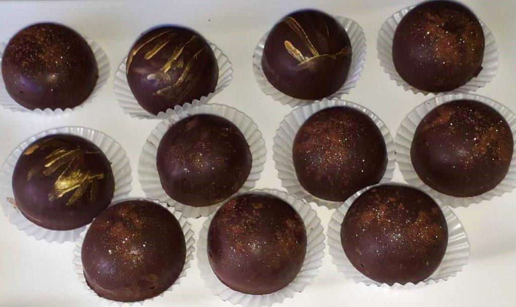 Šokoladiniai saldainiai su karamelizuoto kondensuoto pieno bei graikinių riešutų įdaru.