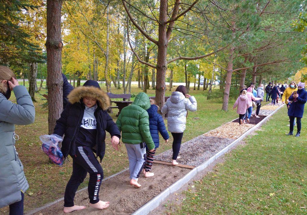 Patys drąsiausieji bendruomenės nariai, nepabūgę net spalio žvarbumo, iš karto išbandė basakojų taką. Kaip ir pridera – basomis.