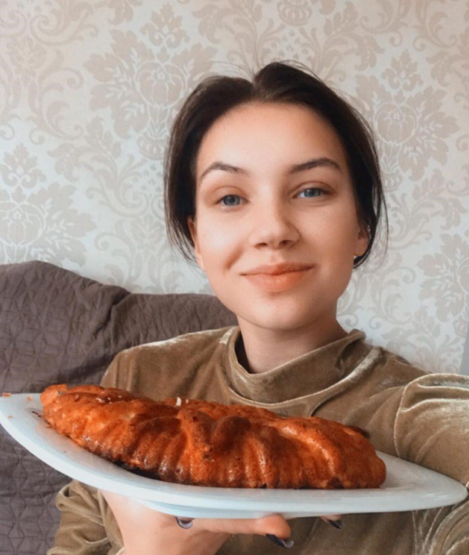 """Dešimtokė Miglė Valatkaitė mielai dalinasi su """"Švyturio"""" skaitytojais savo mėgstamiausio obuolių pyrago receptu."""