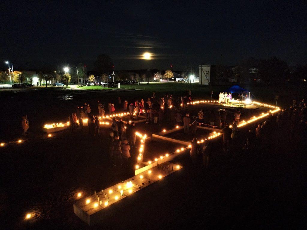 Sekmadienio vakarą vydmantiškiai rinkosi į pirmąsias Šv. Mišias, vykusias jų statomoje bažnyčioje. Roberto Bacevičiaus nuotr. `