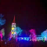 Štai taip įvairiomis spalvomis du vakarus spindėjo Kretingos bažnyčia. Ligitos Sinušienės nuotr.