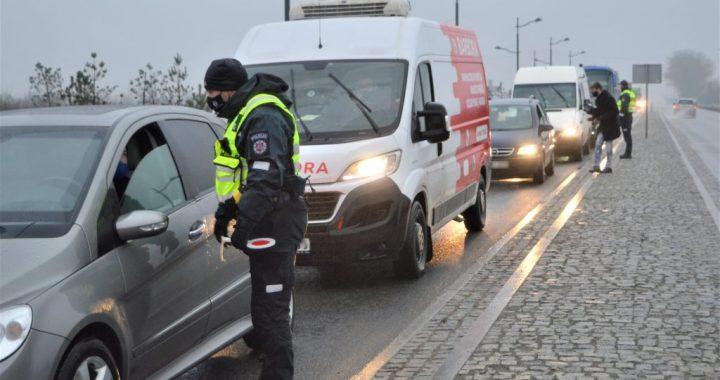 Per savaitgalį vykdydama judėjimo kontrolę Kretingos rajono policija neleido kirsti Savivaldybės teritorijos 7-iems automobiliams. Aisto Mendeikos nuotr.