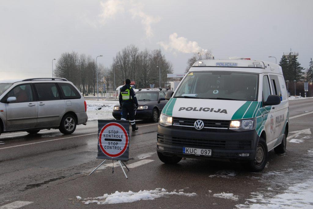 Iš viso per šventines 4 dienas Kretingos rajono policijos pareigūnai patikrino 11 345 automobilius. Aisto Mendeikos nuotr.