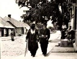 Darbėnų žydai grįžta iš sinagogos. Tarpukaris. yadvashem.org. nuotr.