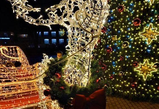 Vaikams dedikuotą kalėdinę eglę Kretingos centre planuojama palikti įžiebtą ir Naujųjų metų naktį. Aušrinės Sinušaitės nuotr.