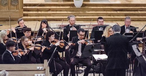 """""""Rudenį su kolegomis atlikome Ludwigo van Bethoveno Šeštąją simfoniją. Mane sujaudino ir įkvėpė tai, kaip maestro T.Ambrozaitis dirigavo šią muziką"""", - sako V. Adelkhanov. O. Kazabovos  nuotr."""