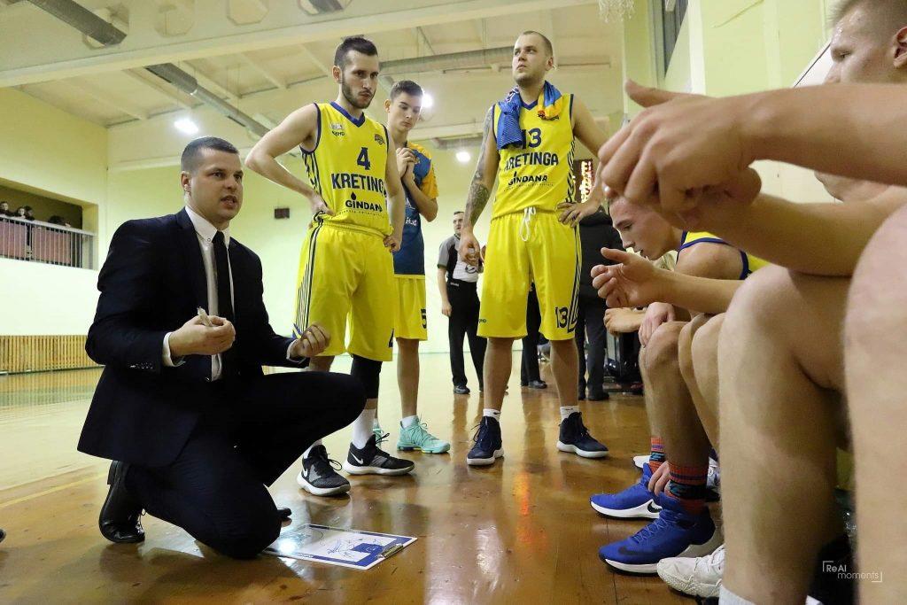 """Didžiajai daliai komandos prasirgus koronavirusu """"Kretingos"""" krepšinio klubas toliau tęsia Regionų lygos kovas."""