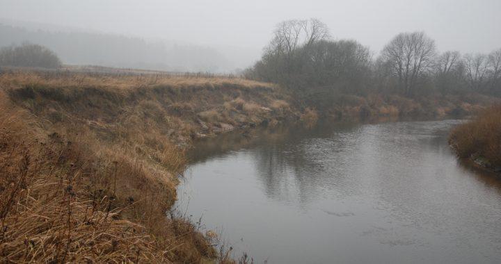 Minijos vandenys grėsmingai artėja prie rajoninio kelio Baubliai-Budriai. Aisto Mendeikos nuotr.