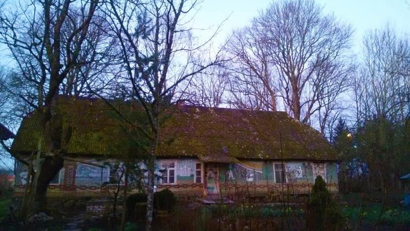 Štai šį namą nori įsirengti padvariškietė, viena auginanti 4 vaikus.