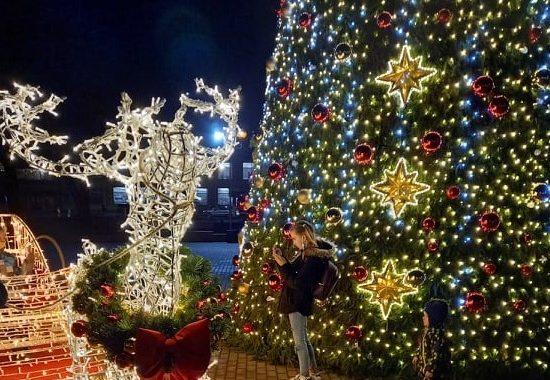 Penktadienį Kretingoje buvo įžiebta kalėdinė eglė. Aušrinės Sinušaitės nuotr.