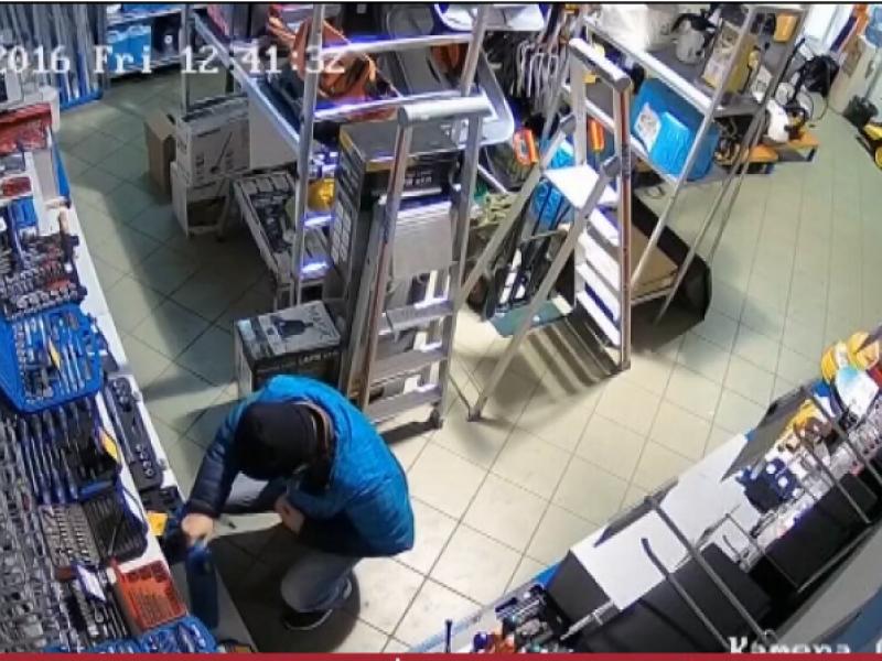 Dėl privalomo apsauginių kaukių dėvėjimo vagys nebesibaimina nė vaizdo kamerų parduotuvėse. Asociatyvi nuotr.