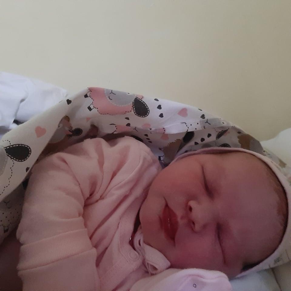 Pirmoji dukrytė Milana ramiai snaudžia meilės pilnuose namuose