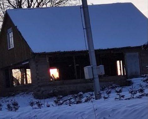 Štai šiame name žuvo žmogus, o apleistas pavojingas statinys net neįtrauktas į Kretingos rajono savivaldybės apleistų statinių registrą. Raimondos Jonkutės nuotr.