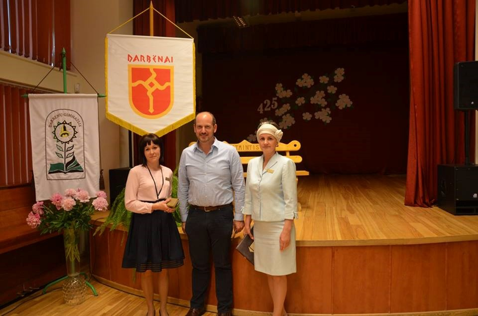 Darbėniškė E. Gliožerienė (kairėje), doc. dr. E. Goldšteinas ir Darbėnų gimnazijos direktorė Sonata Litvinienė. Asmeninio archyvo nuotr.