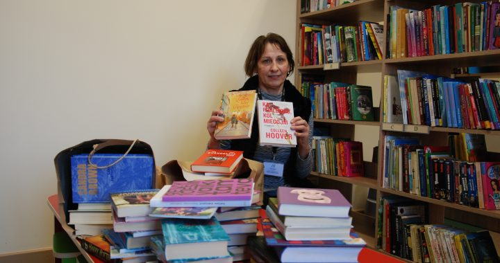 Salantų filialo bibliotekininkė Jūratė Maciuvienė džiaugiasi salantiškių dosnumu.