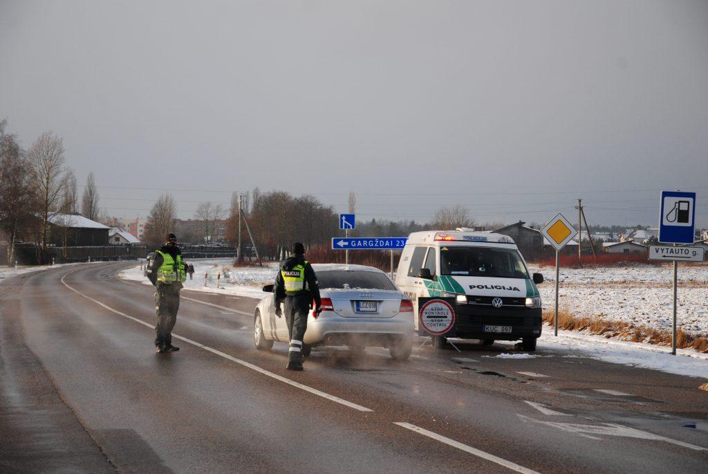 Metams prasidėjus Kretingos pareigūnai kasdien rašo baudas karantino taisyklių nesilaikantiems vairuotojams. Aisto Mendeikos nuotr.