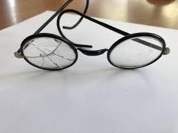 Priešindamasis pareigūnui jaunuolis ne tik sulaužė jo akinius, bet ir sužalojo koją. Asociatyvi nuotr.
