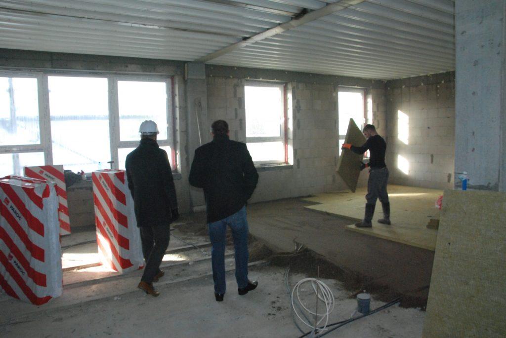 """Būsimosiose darželio """"Ąžuoliukas""""  grupėse praėjusį ketvirtadienį statybininkai dar tik betonavo ir šiltino grindis. Aisto Mendeikos nuotr."""