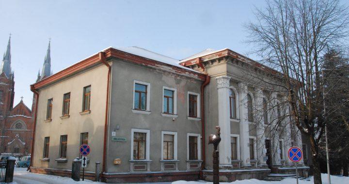 Salantų centre stovinčio pastato, kuriame įsikūrusios miesto bei Imbarės seniūnijų administracijos, fasadas remonto nematė daugiau kaip tris dešimtmečius.