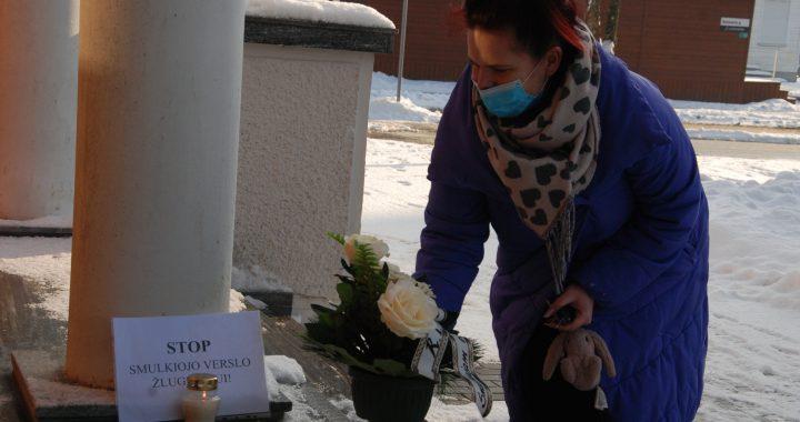 Kretingos manikiūrininkė Donata Maksvytytė tikino, jog dezinfekuoti savo patalpas gali daug geriau, nei tai darome prekybos centruose. Aisto Mendeikos nuotr.