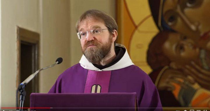 Paulius Vaineikis dėl savo reiškiamų įsitikinimų prarado kapeliono pareigas Kretingos pranciškonų gimnazijoje. Youtube stop kadras.