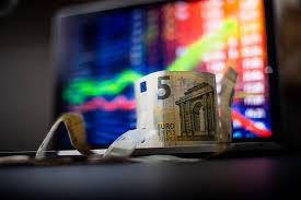 Ekspertai tvirtina, kad dalies akcijų perleidimas darbuotoją motyvuoją labiau nei algos pakėlimas. Asociatyvi nuotr.