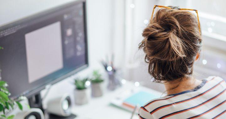 Jei dirbate sėdimą darbą, skirkite bent kelias minutes paprastiems pratimams.
