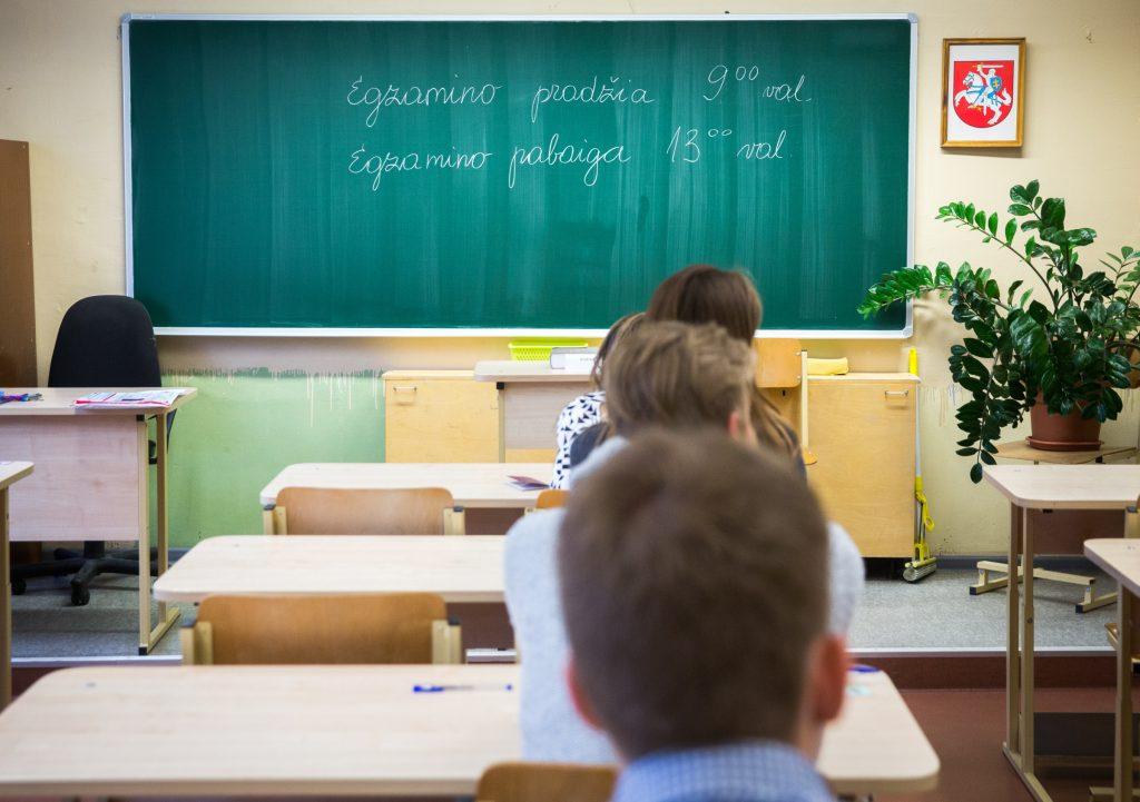 2017-06-05 Vilnius. Abiturientai laiko lietuvių kalbos egzaminą