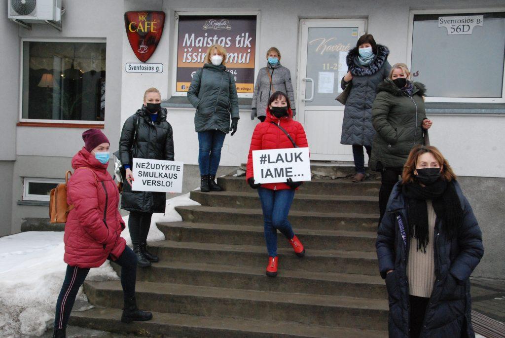 """Į protesto akciją įsitraukė ir Kretingos kavinė """"Kryžkelė"""". Aisto Mendeikos nuotr."""