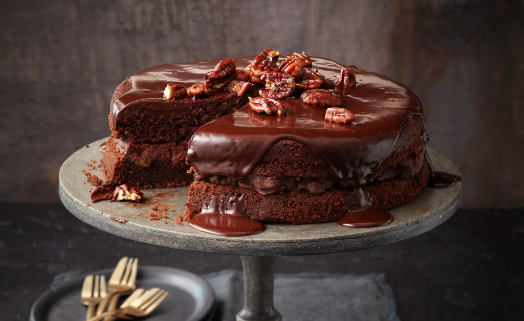 Šokoladinis tortas su raugintais kopūstais.