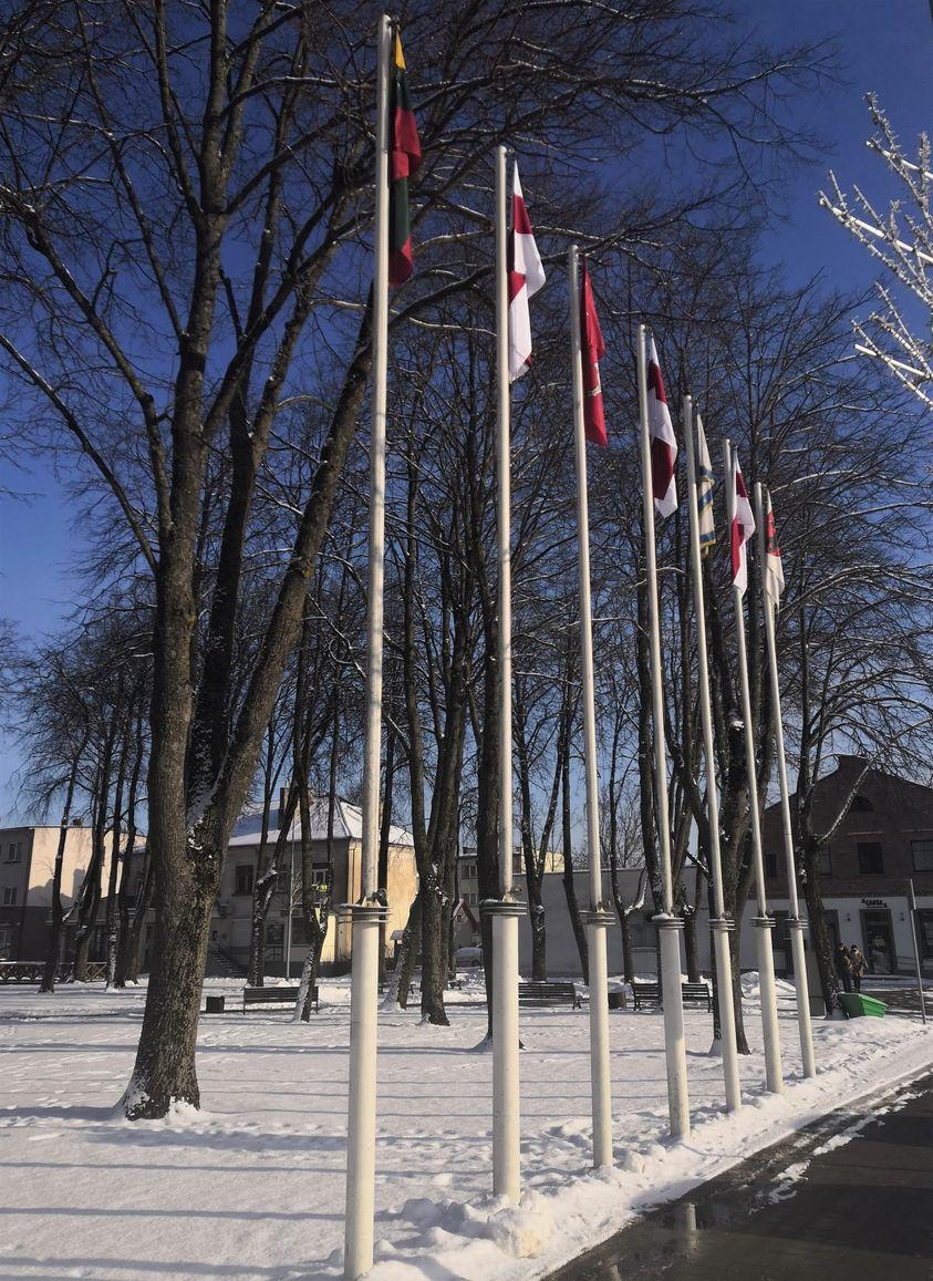 Rotušės aikštėje iškelta tautinė Baltarusijos vėliava.