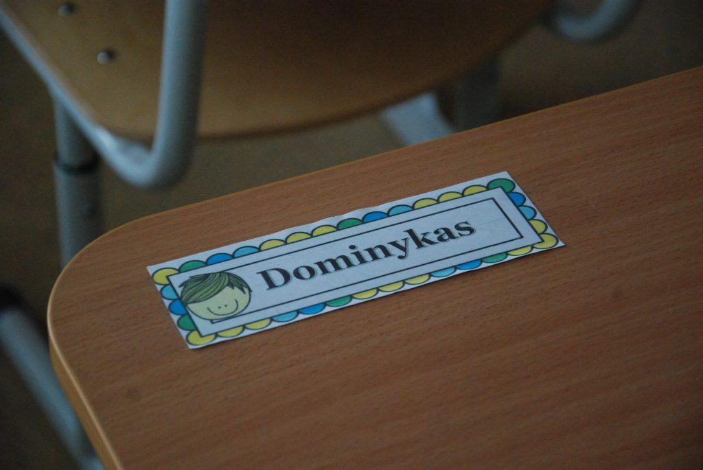 Štai tokias vardo korteles savo mokiniams pagamino Salantų gimnazijos pedagogai - kad vaikai nesumaišytų suolų ir sėdėtų tik savo vietoje. Aisto Mendeikos nuotr.