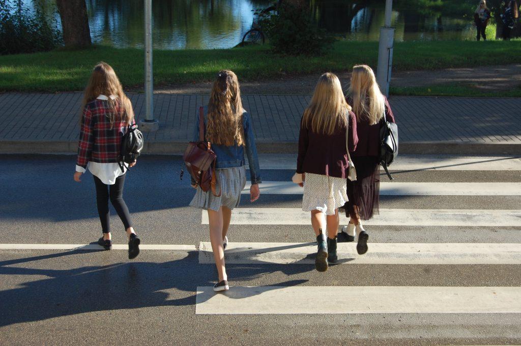 Nuo pirmadienio Kretingos miesto ir rajono pradinių klasių mokiniai po ilgos karantino pertraukos iškeliaus į mokyklas. Aušrinės Sinušaitės nuotr.