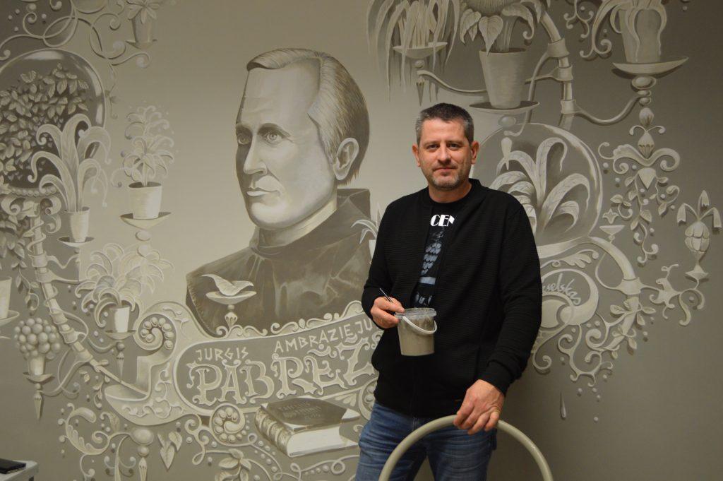 Buvęs Jurgio Pabrėžos unversitetinės gimnazijos mokinys Andrius Seselskas nutapė  milžinišką šios iškilios XIX a. asmenybės paveikslą. Autorės nuotr.