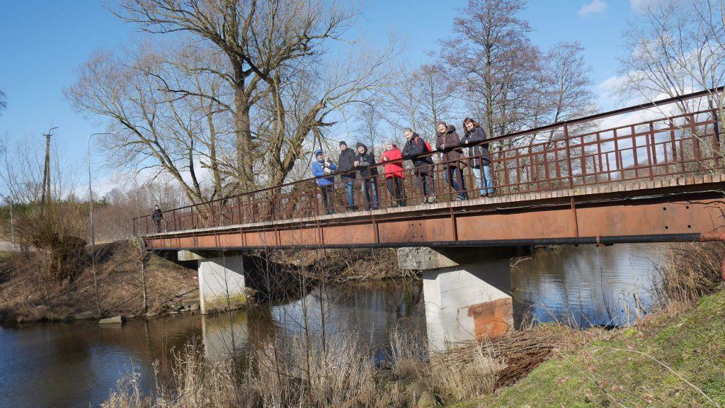 Rimantas Radzevičius (pirmas iš kairės) su bendraminčiais, pirma iš dešinės - Jolanta Klietkutė, fotografavusi visus tiltus. Ši nuotrauka daryta praeivės.