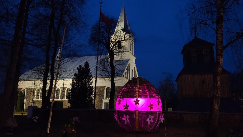 Darbėnų Milžinas Margutis tapo ryškia miestelio puošmena ir dieną, ir naktį.  Darbėnų seniūnijos nuotr.
