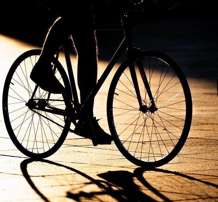 Pareigūnai sustabdė po Darbėnus vėlai vakare be žibintų ir liemenės važinėjantį neblaivų dviratininką. Asociatyvi nuotr.