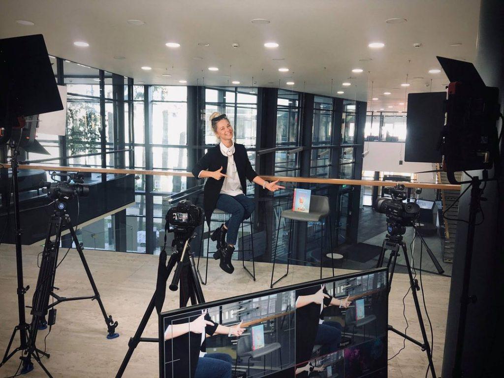 Šį mėnesį Kretingos M. Valančiaus bibliotekoje prasidėjo renginių tieisiai iš naujos filmavimo studijos ciklas. Kretingos M. Valančiaus bibliotekos nuotr.