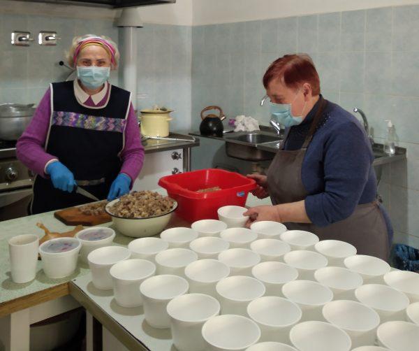 Kartu jau septintus metus labdaros valgykloje dirbančios Vita Petrauskaitė (iš kairės) ir Danutė Mikulskienė kasdien išverda mažiausiai 125 litrus košės, kurios išsinešti į namus ateina daugiau nei 50 kretingiškių.