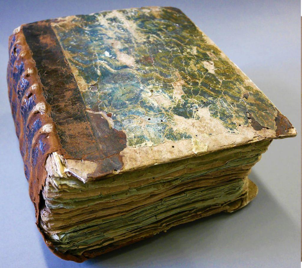 Štai šie puslapiai saugo kelių šimtų metų senumo Jurgio Pabrėžos ranka surašytus pamokslus. Jolantos Klietkutės nuotr.