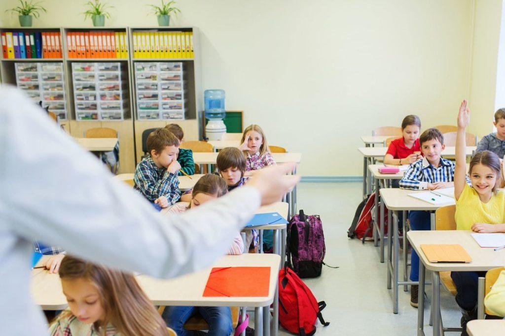 Pirmadienį pradinukai su bendraklasiais ir savo mokytojomis susitiks gyvai. Asociatyvi nuotr.